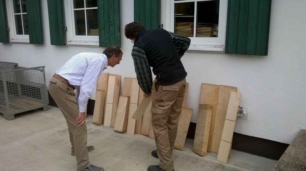 Een houtreis, bij de firma Gleissner. Op de rug gezien Stefan Gleissner.